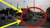 缺德大货车强闯红灯,一家三口惨被撞飞,网友:这种人终身禁驾!