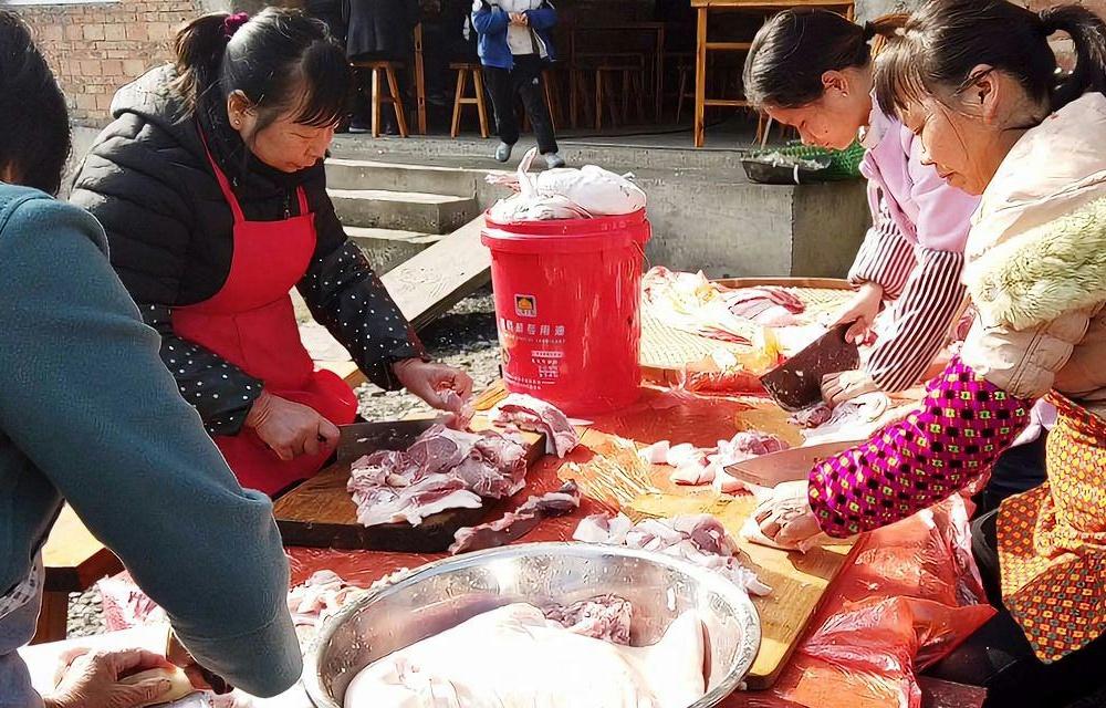 农村办酒席,提前一天大家就去帮忙,简单的大锅菜木桶饭,吃着香