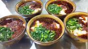 外地客人品尝陕西特色小吃搅团,厨师一次做5碗,酸辣好吃又过瘾
