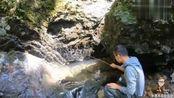 小竹子绑上鱼钩流水野钓,大石缝里肯定有野货,小伙能钓到吗?