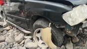 【新疆】驾驶员突发身体不适 行车过程中突然失去意识冲出公路