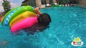 瑞安在游泳池里寻找宝藏,在哪里在哪里!