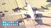 【火苗加巨响:,紧急返航无人员伤亡】当地时间11月21日,美国洛杉矶国际机场。菲律宾航空一架从洛杉矶飞往马尼拉的波音777客机起飞后不久右侧...