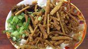 成都地道特色小吃,一碗牛肉,馓子,豆腐脑卖8元!外地顾客慕名来吃
