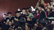 四川外国语大学毕业典礼暨学位授予仪式,观众席上一曲音乐,把会场氛围推向了巅峰,留