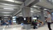 凌晨两三点钟 泰国素万那普机场等待办理落地签的人们
