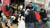 """南非一商场""""黑五""""遭疯狂抢购 开门瞬间保安被撞倒"""