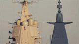 山东舰与055绝美同框,桅杆犹如双塔奇兵,这一强烈反差突显科技之美