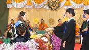玛哈国王的妹妹真不容易,坐轮椅手臂打石膏,依然坚持发毕业证书