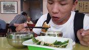 来襄阳的第一顿饭,吃的快餐,30多个菜随便选,1.3元一两12元管饱