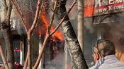 山东滨州一饭店起火引燃隔壁包子铺 员工冲进火场拎出俩煤气罐