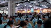 深圳工厂吃饭时的情景见过吗?人山人海,高峰期要排起长龙。