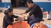 农村阿姨制作正宗麻辣香肠,1天做了80斤,过程没有想象中的简单