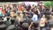 家长与公安人员在江苏省教育厅门口起冲突