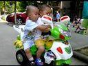 2011年07月06日09点57分24秒 帅帅玩小区哥哥的摩托车