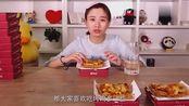 美女大胃王密子君吃13大盒快餐,盒子放在一起比她还高