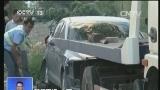 [视频]新闻现场·广西柳州 好市民:伸出援手 合力抬车救小孩