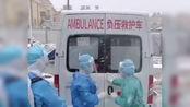 特殊的告别礼:火神山出院患者隔空拥抱医护