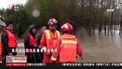 黑龙江:一夜暴雨鹤岗市河水漫堤,消防员火速赶往现场封堵河堤