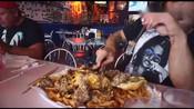 外国肌肉Nathan小哥速食挑战6磅重超大汉堡套餐,厉害了