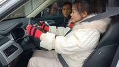 农村媳妇刚拿到驾驶证,开车习惯还是学车那一套,动作笑死人