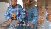 农村婆婆有事外出,妯娌俩个提前包好水饺,等家人一起吃