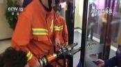 [新闻直播间]安徽亳州 女童脚卡电瓶车 紧急救援