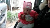 七个月的小萌娃也爱吃棒棒糖,模样好可爱(1)