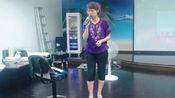 大姐KTV现场翻唱刀郎《西海情歌》,被她打拍子的脚抢风头了!