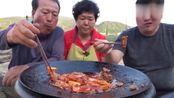 韩国农村家庭的一顿饭,妈妈今天做铁板烧猪肉,胖儿子有口福了