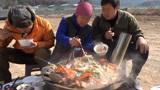 韩国农村家庭的一顿饭,妈妈做了满满一锅海鲜,最后吃的只剩汤