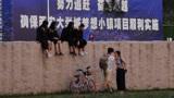 西安几名穿学士服女生爬到大石头上拍照 结果下不来了