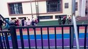 辽宁省鞍山市幼儿园小朋友们等待家长来接,很温馨的场面