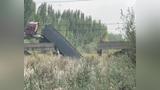 山东滨州一桥梁被大货车压塌,车头高高翘起车尾坠落桥下