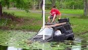汽车到了水里还能开吗?小伙作死测试,结果尴尬了!