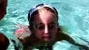 这个妈妈在教他的小女学游泳www.hostft.cn20120606