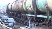 这些油罐车怎么动起来了?火车头去哪里了