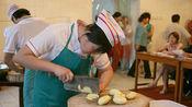 精湛的刀工厨师 制作别具一格头发丝豆腐!