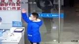 中国好少年小男孩来到浙大一院,放下信封敬了礼就跑了,为这样的孩子点赞!