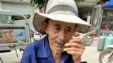 大爷82了出来卖菜,我把大爷的菜全部买完,希望他可以早点回家