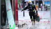 绵阳市铁牛广场一小吃店发生火灾,消防员冒生命危险将5个带火煤气罐拿出来,为英勇的