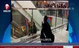 [超级新闻场]江苏徐州:女子坠楼瞬间 民警凌空拉住生命