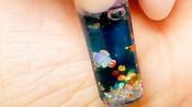 国外小姐姐在指甲上建水族馆,小鱼还能游来游去,制作过程好复杂