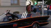 """胖妮""""送""""了莱纳德一辆蝙蝠侠车!!!好喜欢这一对"""
