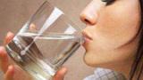 早晨起床能不能空腹喝水?很多人都搞错了,别不当回事,快看看