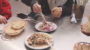 小店一天就卖出上百份牛肉烧饼,配着丸子汤,90后奶爸吃爽了