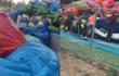 河南孟州大风吹翻充气城堡致数名儿童被压 现场群众抬气垫施救