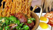 韩国小姐姐吃播—韩式料理(炸猪颈肉+泡菜泡面+午餐肉+煎蛋+米饭)