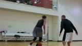 """特雷·杨训练""""库里""""运球步法,确实有些神似,但体力明显不行!"""