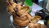 大妈街头卖猪头小吃,一份15元限量2个猪头,食客:想吃早点来